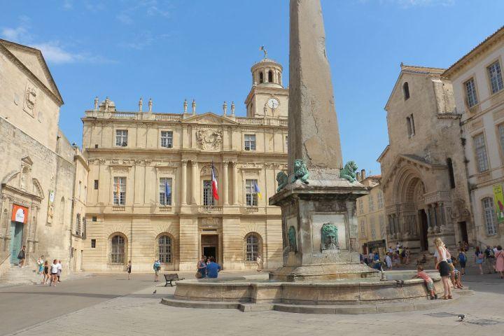 Arles - L'hôtel de la ville et la cathédrale St Trophime