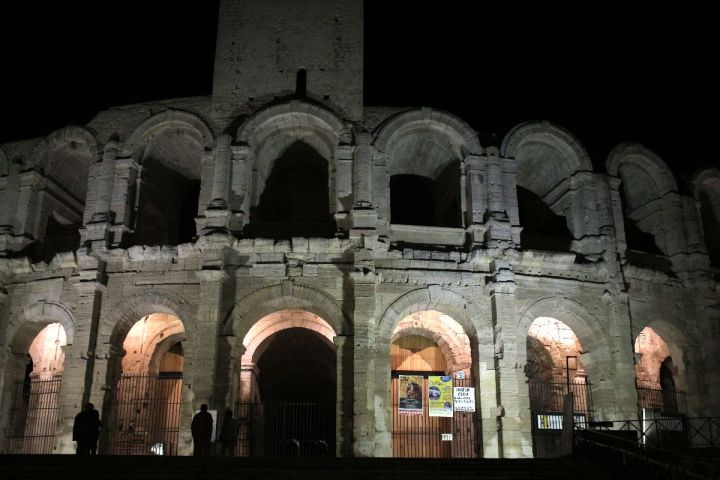 arènes d'Arles la nuit
