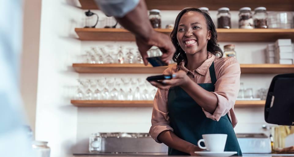 suasana kedai kopi pada artikel cara mendukung bisnsi kecil