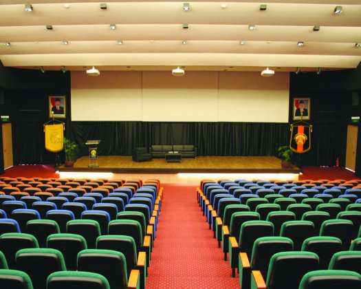 review kampus program vokasi ui - auditorium