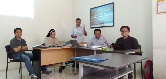 Situasi kelas di salah satu ruangan STFT Widya Sasana Malang