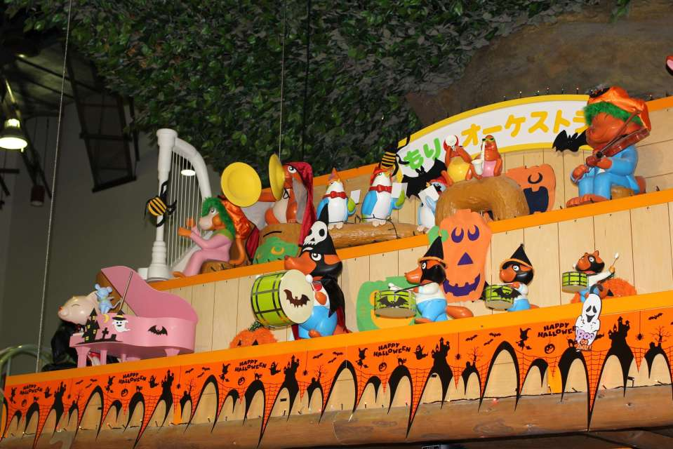 Halloween Saitama; the orchestra in the talking tree in the Children's Castle are dressed up for Halloween and they play a spooky song for the occasion. At the Saitama Children's Zoo