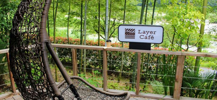 Outdoor seating at Layer Cafe fukaya saitama