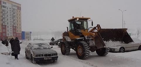 Трактор чистит снег
