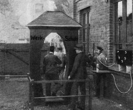 Primeiro Portal detector de metais