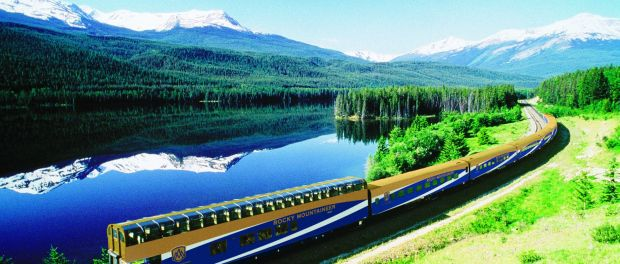 Der Rocky Mountaineer am Yellow Head Lake. - Foto: Rocky Mountaineer