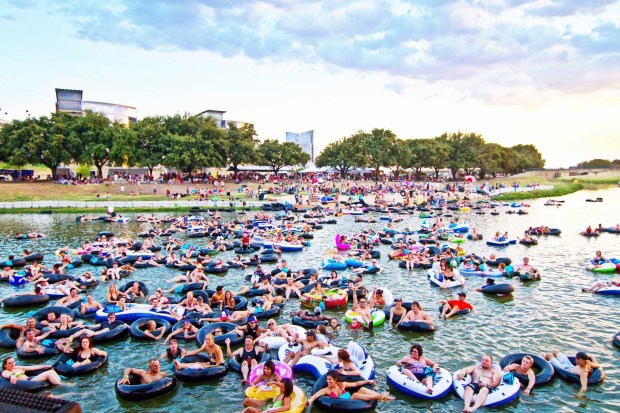 """Abkühlung beim """"Rock in the River"""" in Fort Worth. - Foto: AspenProductions"""