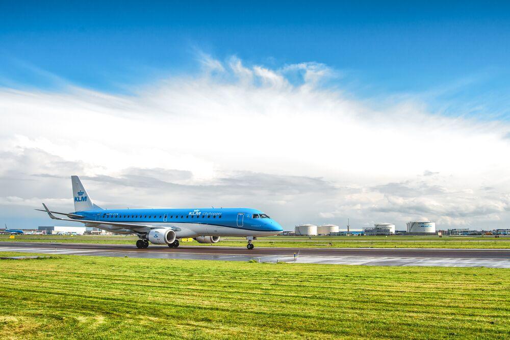 Embraer E190 van KLM taxiet op de luchthaven Schiphol (Bron foto: KLM)