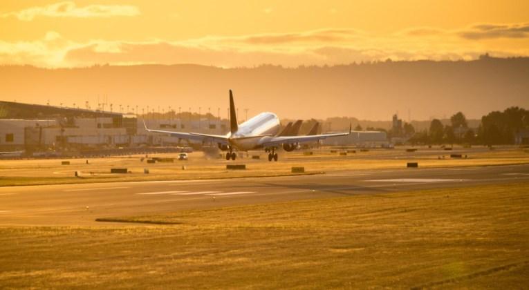 Delta aircraft on Portland airport (Bron: Unsplash . Avel Chuklanov)