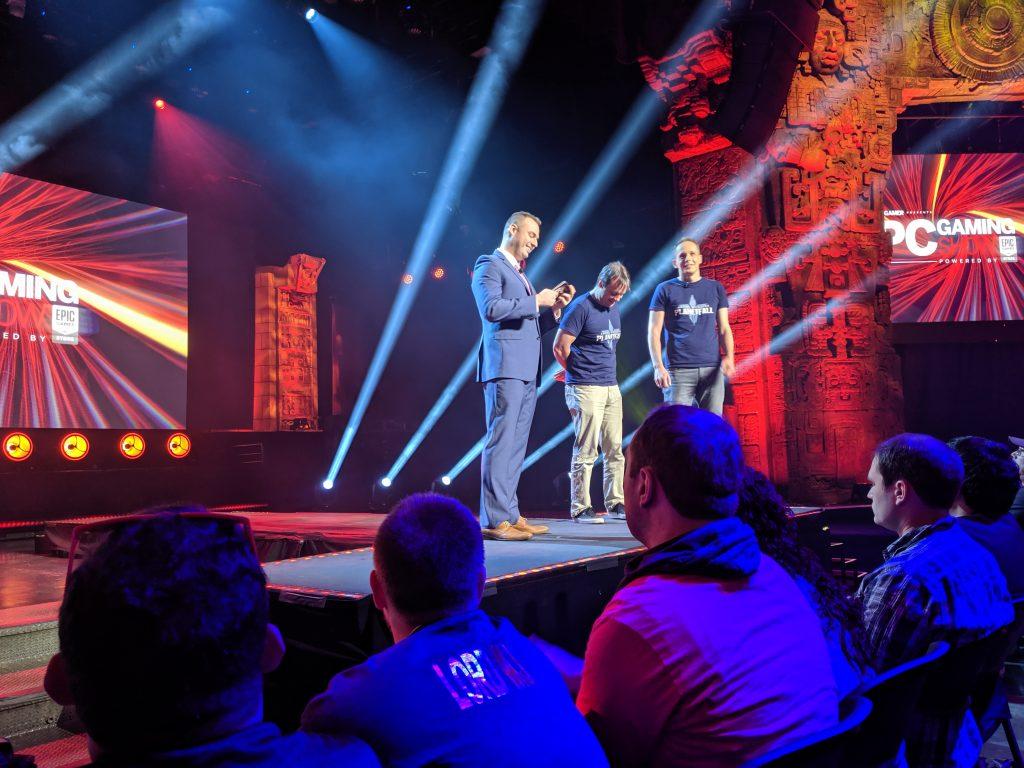 Moderatoren auf der Bühne der PC Gaming Show