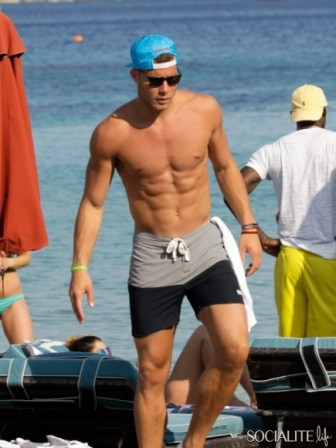 blake-griffin-deandre-jordan-shirtless-mykonos-06282013-25-435x580