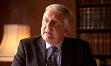 Simon-Russell-Beale-as-To-007