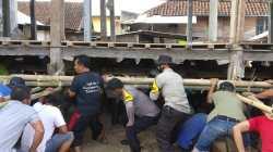 Lestarikan Budaya Gotong Royong, Kapolsek Bersama 20 Personil Bantu Warga Taliwang 'Isong Bale'