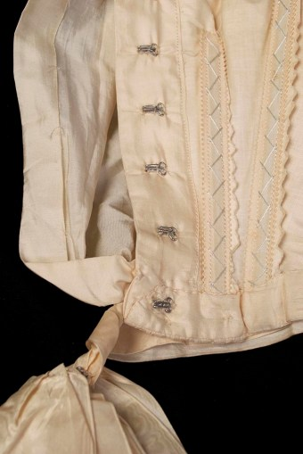The blousing at front of the bodice was typical of the turn-of-the-century. A look at the interior structure reaveals that the underbodice is heavily boned down the front, with the loose appearance being created with a space between the two layers of the bodice.