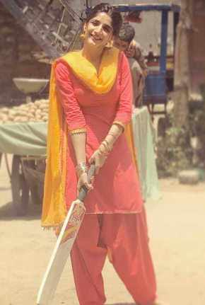 Mawra Hocane with Cricket Bat
