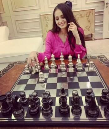 Lana Rose Play chess