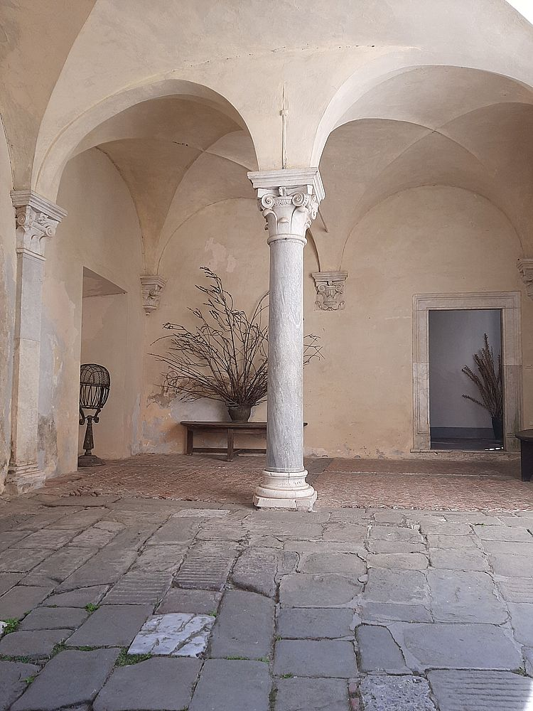 insidethestaircase castello malaspina fosdinovo cortile ph elettra nicodemi allrightsreserved