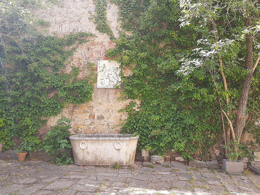insidethestaircase castello malaspina fosdinovo vasca in marmo e stemma esterno cortile ph elettra nicodemi allrightsreserved