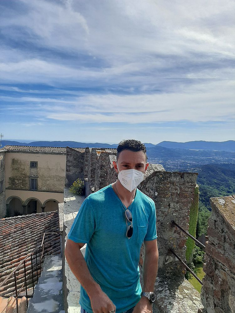 insidethestaircase castello malaspina fosdinovo esterno Gabriele presso le mura  ph elettra nicodemi allrightsreserved