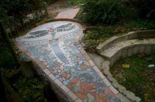 14 Beautiful DIY Mosaic Garden Path Decorations For Your Landscape Inspiration