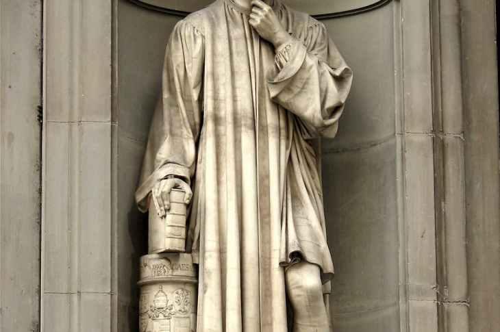 niccolo macchiavelli concrete statue