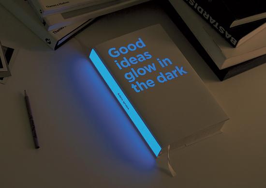 """""""Good Ideas Glow in the Dark"""", książka świecąca w ciemności. Artykuł: 19. Książki, inaczej: czyli najbardziej unikalne projekty okładek, Postscript.pl"""