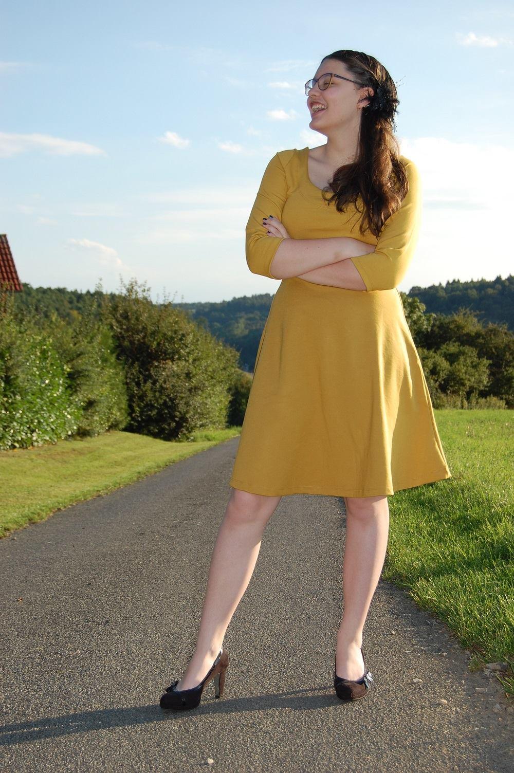 Nuria-Jerseykleid-farbenmix-bienvenido-colorido_Ebook-Kleid_Schnittmuster-gelbes-Damenkleid