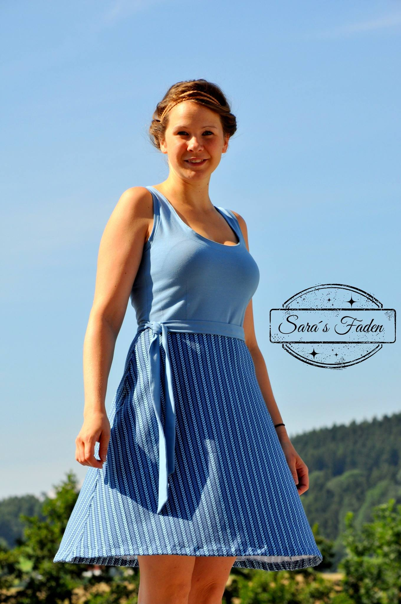 Nuria-Jerseykleid-farbenmix-bienvenido-colorido_Ebook-Kleid_Schnittmuster-blaues-Damenkleid