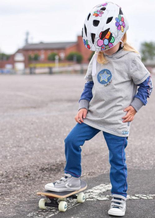 Xater ist ein neu überarbeitetes Schnittmuster für ein Skatershirt. Während der farbenmix Geburtstagswoche zum Einführungspreis