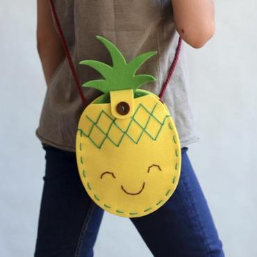 """<p><strong><a href=""""https://www.houseofdreamers.nl/collections/knutselen/products/vilten-tas-borduurset-ananas"""" rel=""""noreferrer noopener"""">Je eigen ananas tas maken (borduurset) - Houseofdreamers.nl </a></strong></p>"""