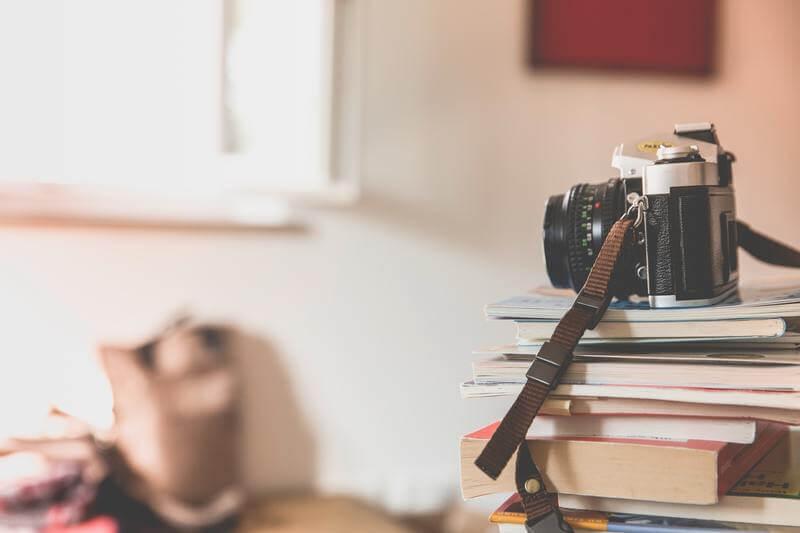 livres et appareil photo