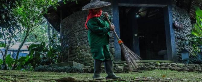 homme avec chapeau chinois qui passe le balai