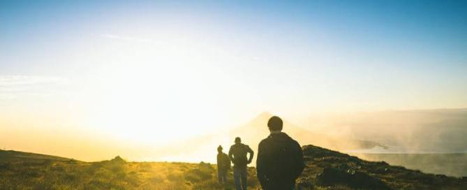 Marcheur face au soleil en pleine nature
