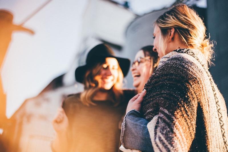 3 femmes qui communiquent avec le sourire