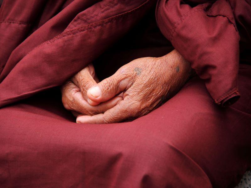 main en position de méditation