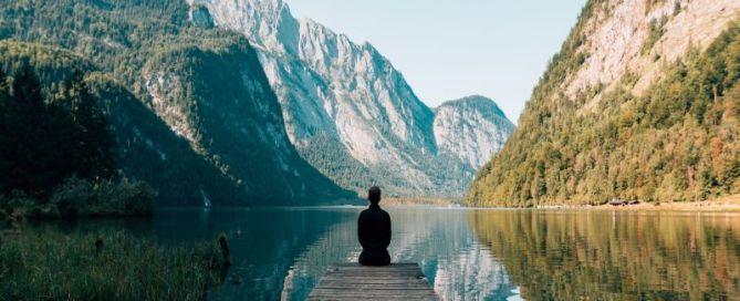 personne de dos contemplant un paysage