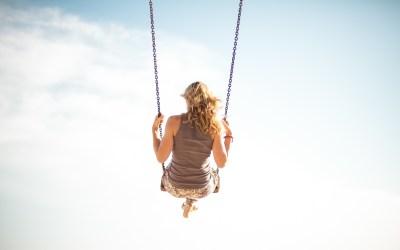 Une femme sur une balançoire