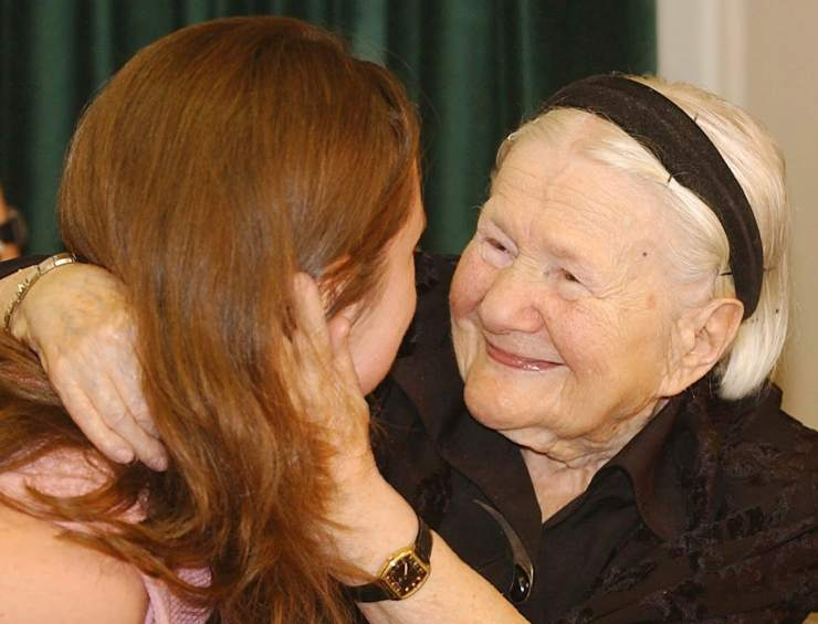 inspiring-people-admire-sendler-hugging-woman