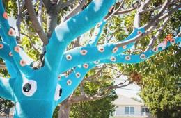 В'язане вуличне мистецтво на дереві