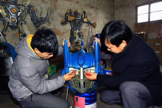 recycled-scrap-metal-sculpture-transformers-father-son-farmer-china-6