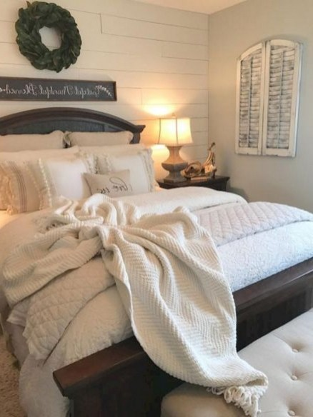 48+ beautiful Farmhouse Style Master Bedroom Ideas 35