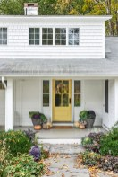 25+ Awesome Farmhouse Exterior Front Door Ideas (19)