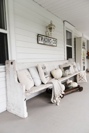 Astonishinh Farmhouse Front Porch Design Ideas 42