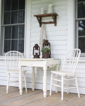 Astonishinh Farmhouse Front Porch Design Ideas 43