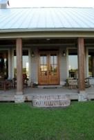 Astonishinh Farmhouse Front Porch Design Ideas 53