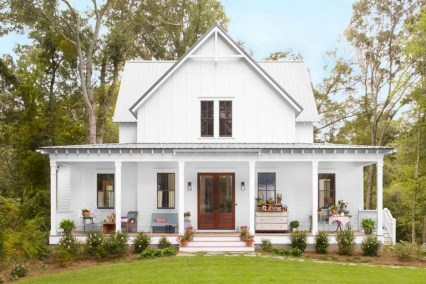 Astonishinh Farmhouse Front Porch Design Ideas 60