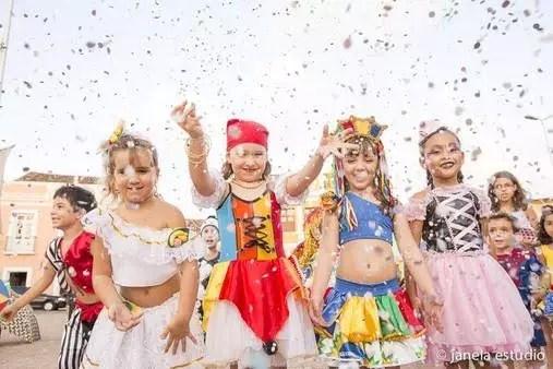 Como organizar uma festa de carnaval em casa para as crianças