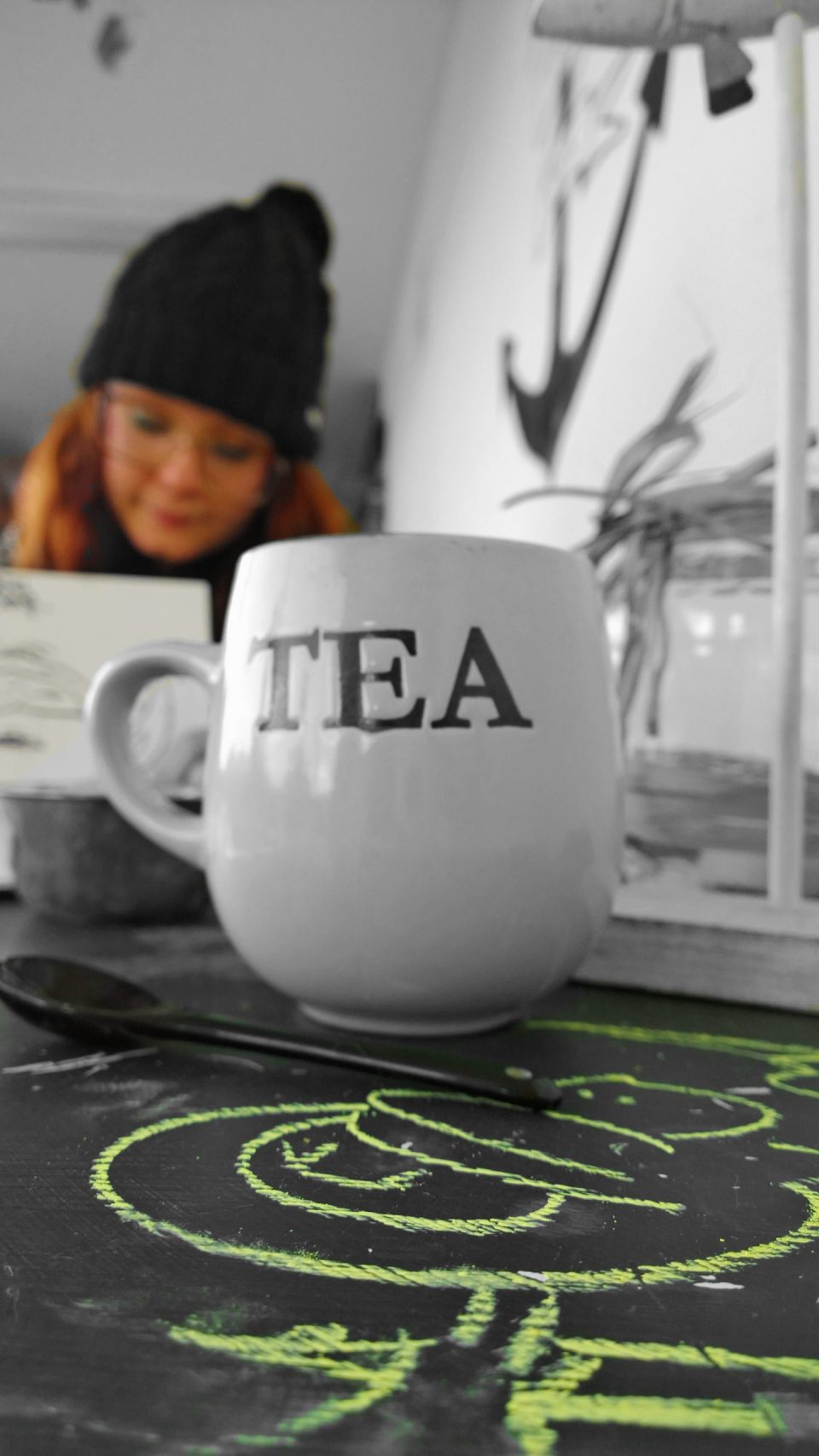 Tea and and a doodle, an Inspiring City original in the foreground as Artista draws