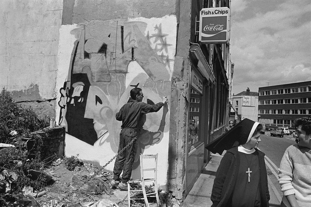 The artist 3d painting a wall on jamaica street in Bristol in 1985
