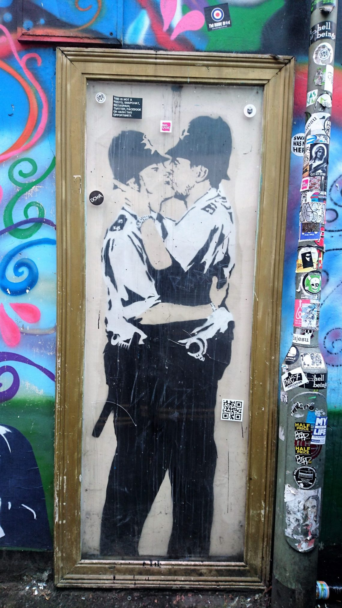 banksy kissing policemen